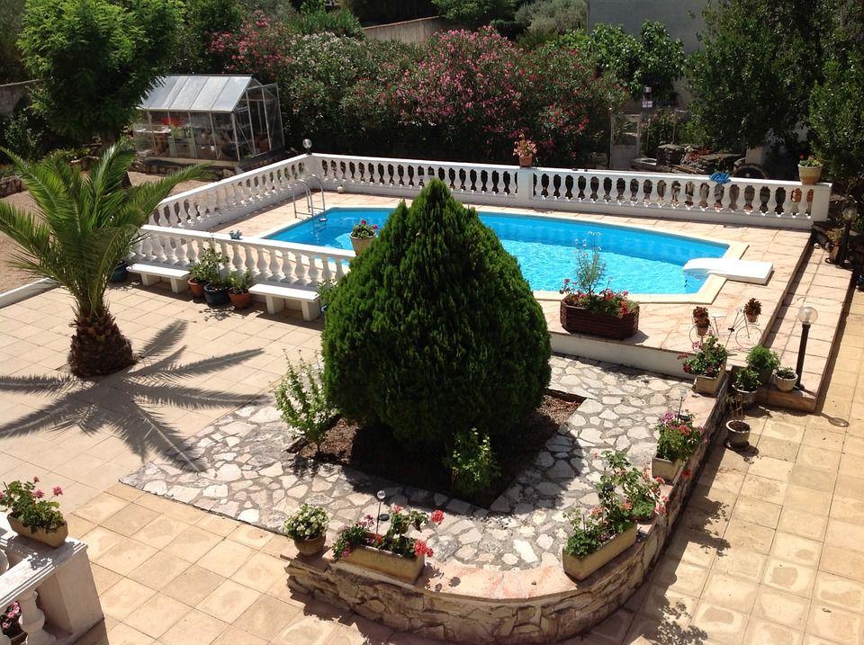 backyard-433775_960_720-compressor.jpg