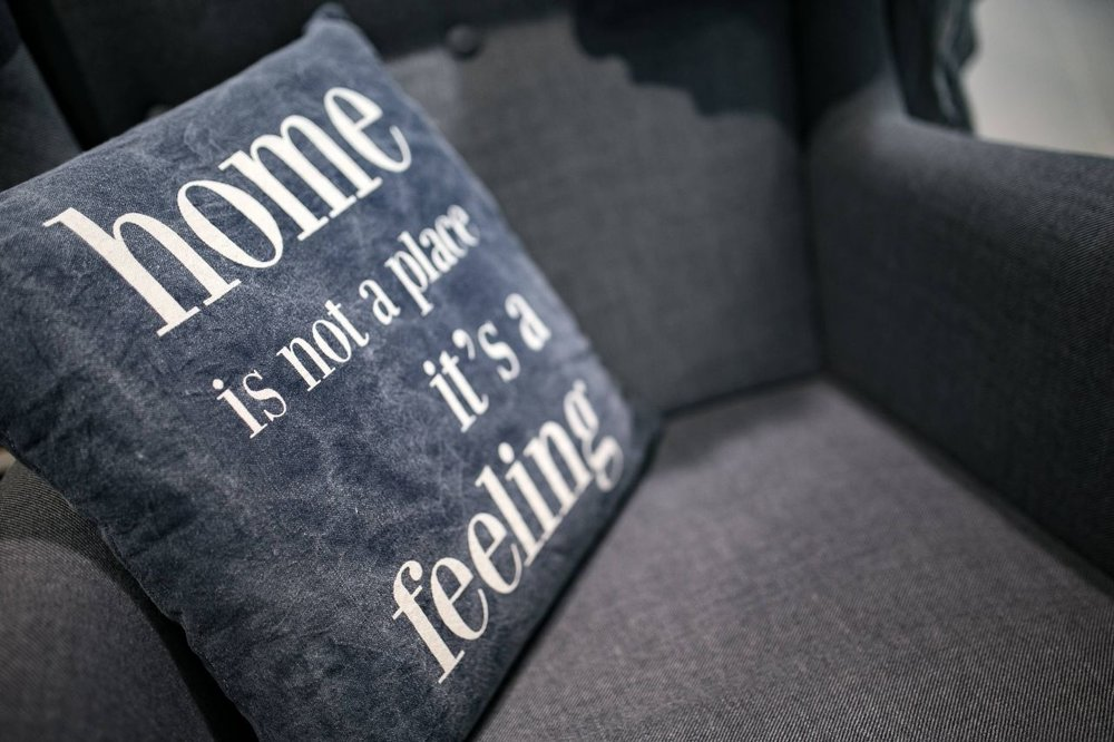 kaboompics_Pillow-with-a-motto-compressor.jpg