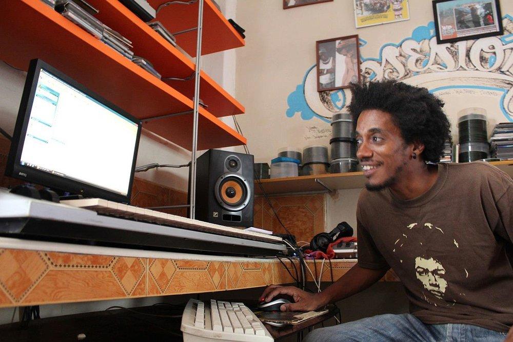 El Tipo Este in his home studio.