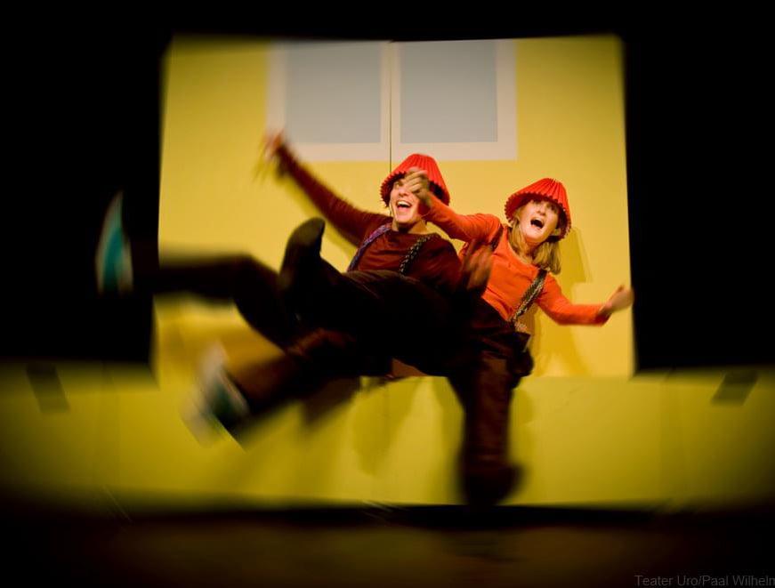 Fra forestillingen Karsten og Petra som brannmenn. Med: Henrik Stoltz Vernegg og Sara Fellman. Foto: Teater Uro/Paal Wilhelm Nesset