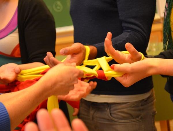 Utprøving av The Human Knitting Machine på kunstneropphold hos Seanse i Volda. Foto Maria Antvort