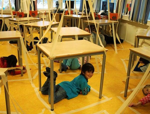 Klasserommet kan være en utfordrende arena for kunstformidling. Her fra prosjektet KROM - kropp og rom i 2012. Foto: Camilla Myhre