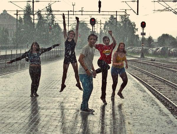 Ungdommer på en togstasjon. Foto: Bemnet Meselu