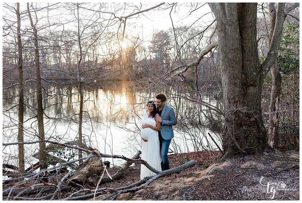 Natural and timeless outdoor maternity session