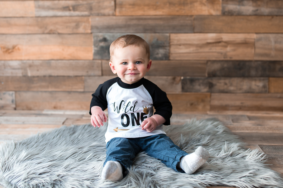 uncluttered first birthday session with pallet backdrop