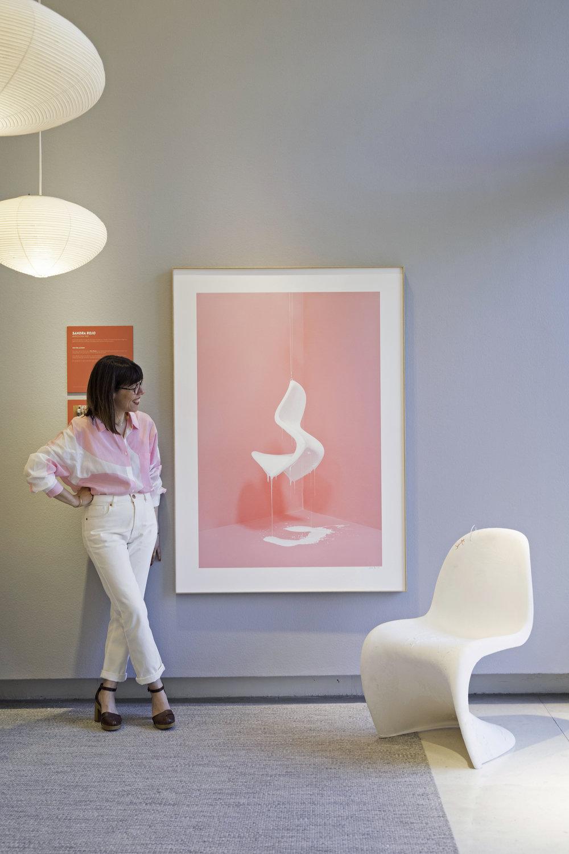 Vista de la obra junta la silla Panton original en la inauguración de la exposición en el showroom de Vitra.