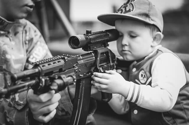 In den USA passieren regelmäßig tragische Unfälle weil Kinder zu leicht an Waffen kommen.