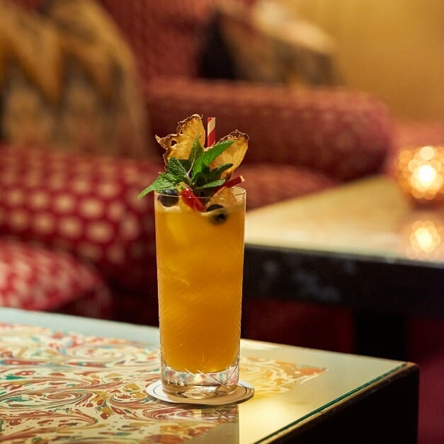 We've still got that summer time feel-good Friday feeling in the Bar at George with a San Francisco Bay cocktail and a live music set with Brazilian guitarist Mario Bakuna performing tonight from 7.30pm . . . . . #GeorgeMayfair #MountStreet #Mayfair #FridayFeeling #birleyclubs #summercocktails #cocktialsatgeorge #baratgeorge