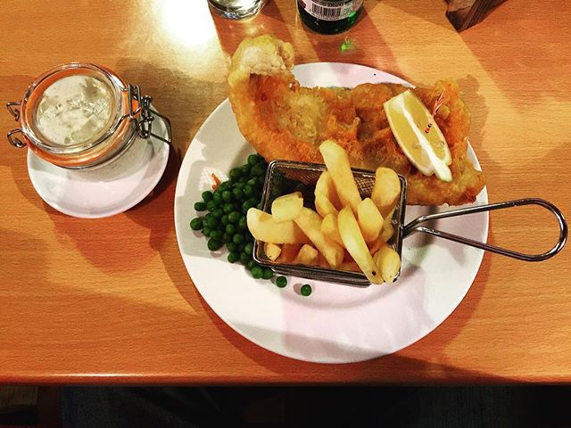 Directly from Oxford, the best fish and chips in town! Love it 😍 ➖➖➖➖➖➖➖➖➖➖➖➖➖➖➖ Usate #thephoodtourist per mostrarci le vostre ricette o visite a ristoranti per venire pubblicati 😋 ➖➖➖➖➖➖➖➖➖➖➖➖➖➖➖ #delicious #eat #food #photooftheday #foodblog #foodlover #instafood #foodie #foodphotography #foodpic  #foodinfluencer #foodinspiration #cheflife #fishandchips #solocosebuone #foodart #gourmetfood #foodstagram #sharefood #foodpassion