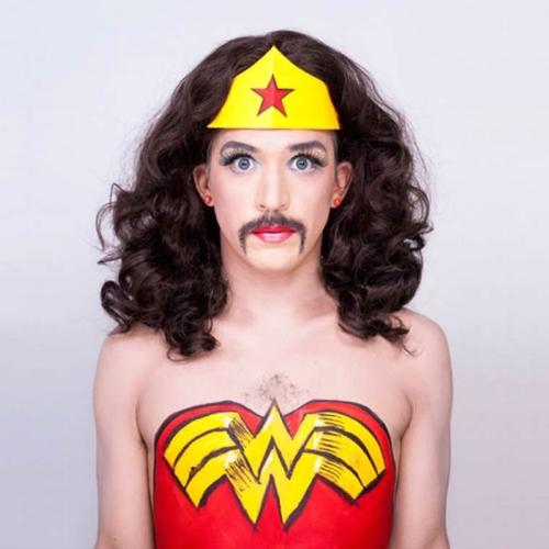 Un homme en train de regarder le film SuperWoman. (oeuvre de  Juan Pablo Echeverri )
