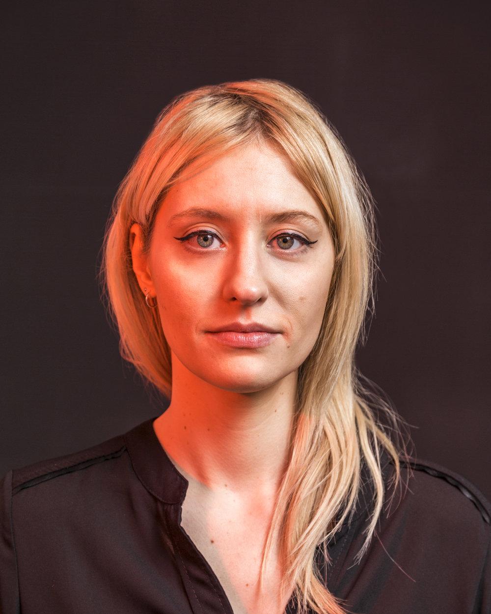 mathilde veutheygrafikerin - Mathilde, die sich schon seit ihrer Kindheit für Zeichnen interessierte, schloss 2007 eine Ausbildung als Grafikerin an der Schule für angewandte Kunst in Genf ab.Anschliessend flog sie in Richtung Irland, genauer gesagt nach Kilkenny, wo sie ihre Kenntnisse während zwei Jahren in einer Werbeagentur perfektionierte.2010 kam Mathilde in unsere Gefilde zurück und stellte ihr Talent als Freiberuflerin Kunden der verschiedensten Horizonte zur Verfügung, von Banken bis Kulturprojekten.Wir freuen uns, seit 2016 von ihrem Sinn für Ästhetik profitieren zu können.