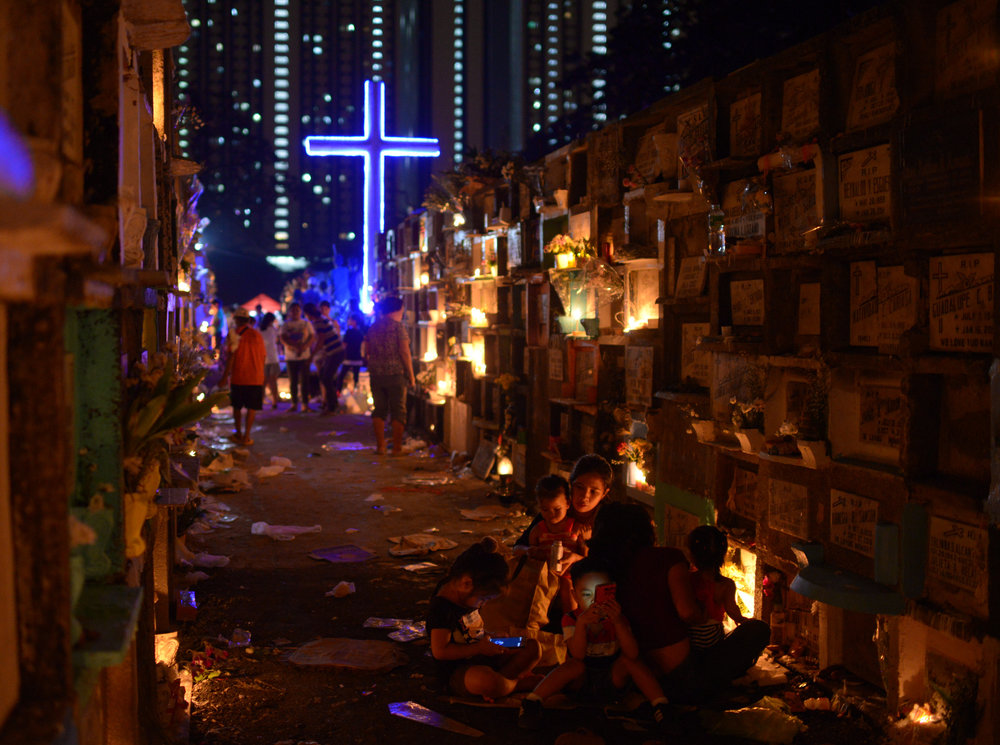 Filipino families visit the graves of their departed loved ones during  All Saints Day in a public cemetery in Makati City, Metro Manila,  Philippines, November 1, 2018. REUTERS/Eloisa Lopez