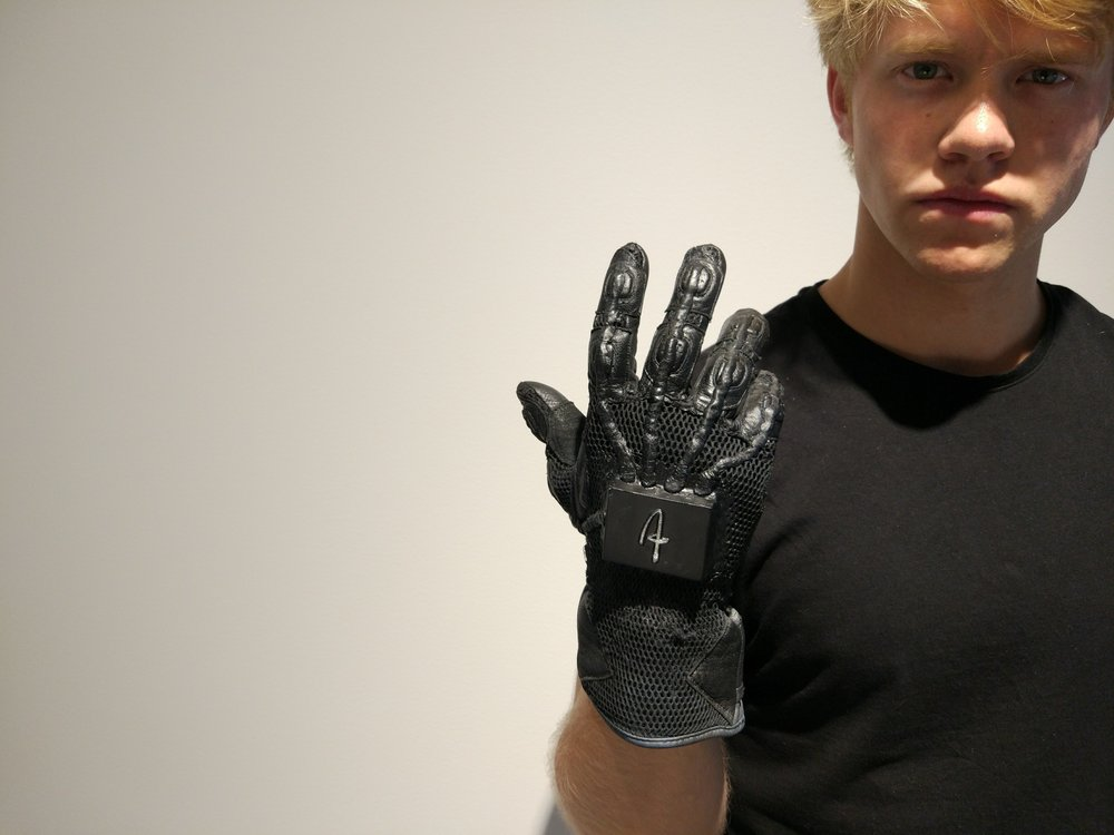 268646875d27-Me_wearing_the_Design_Glove.jpg