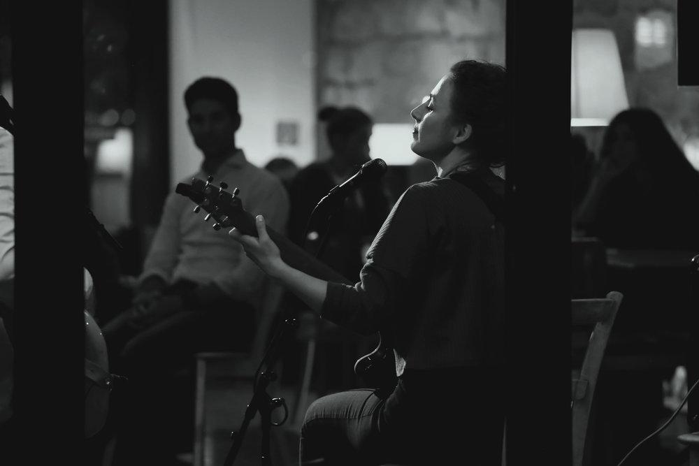 corinne gitarre2.jpg