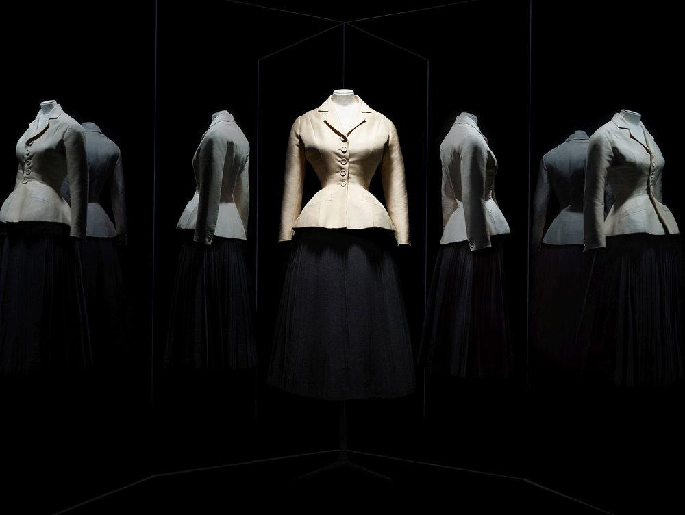 De witbeige zijde jas met ingebouwd corset en wijde cirkelrok.
