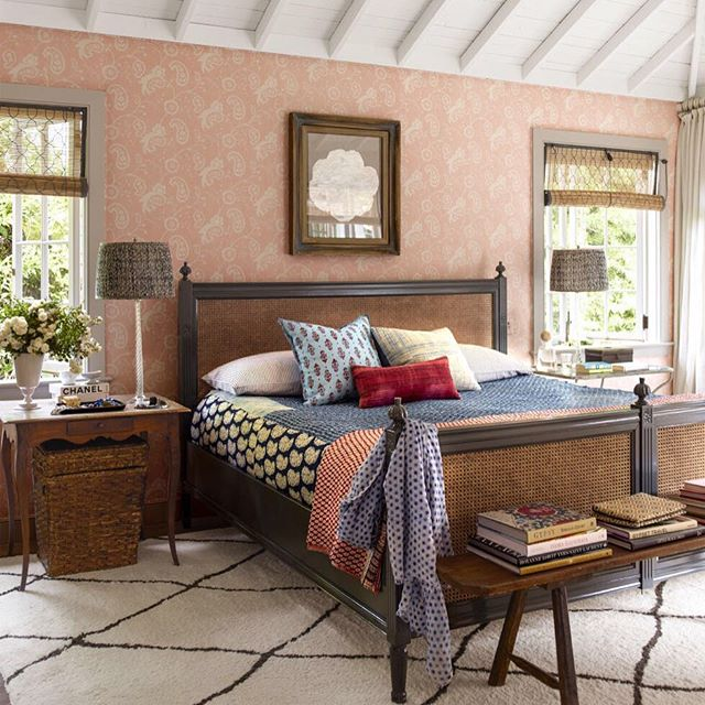 We love this bedroom's elegant relaxed vibe...perfect for summer! The skillful mix of color and pattern are trademark @ritakonig || photo via @elledecor