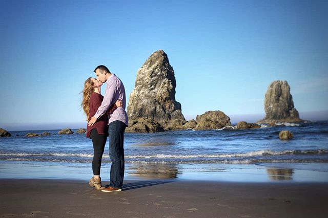 They are just so natural together ❤️ #engagementphotos #engagementshoot #lindelofphotography #LPcouples #Washingtonphotographer #Oregonphotographer #2018weddings #love #beachshoot