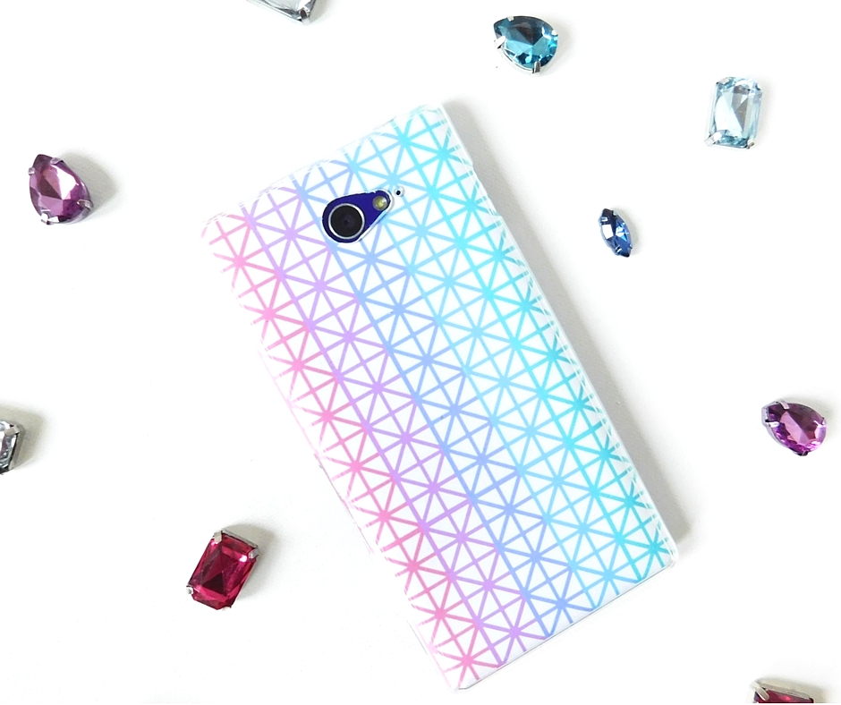 Make your own personalised phone case with this super easy tutorial!