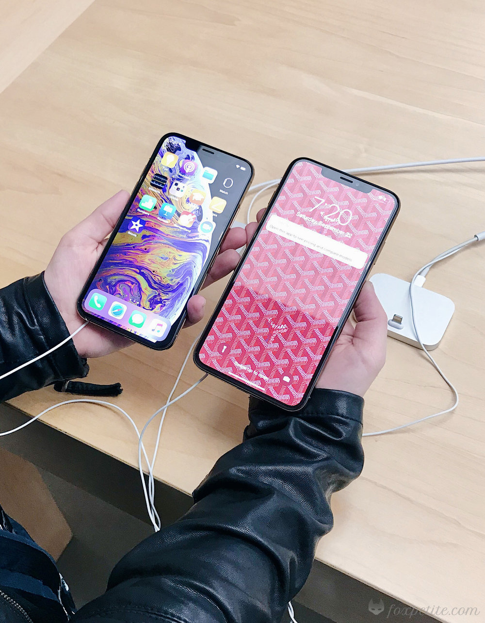 Left: iPhone Xs. Right: iPhone Xs Max