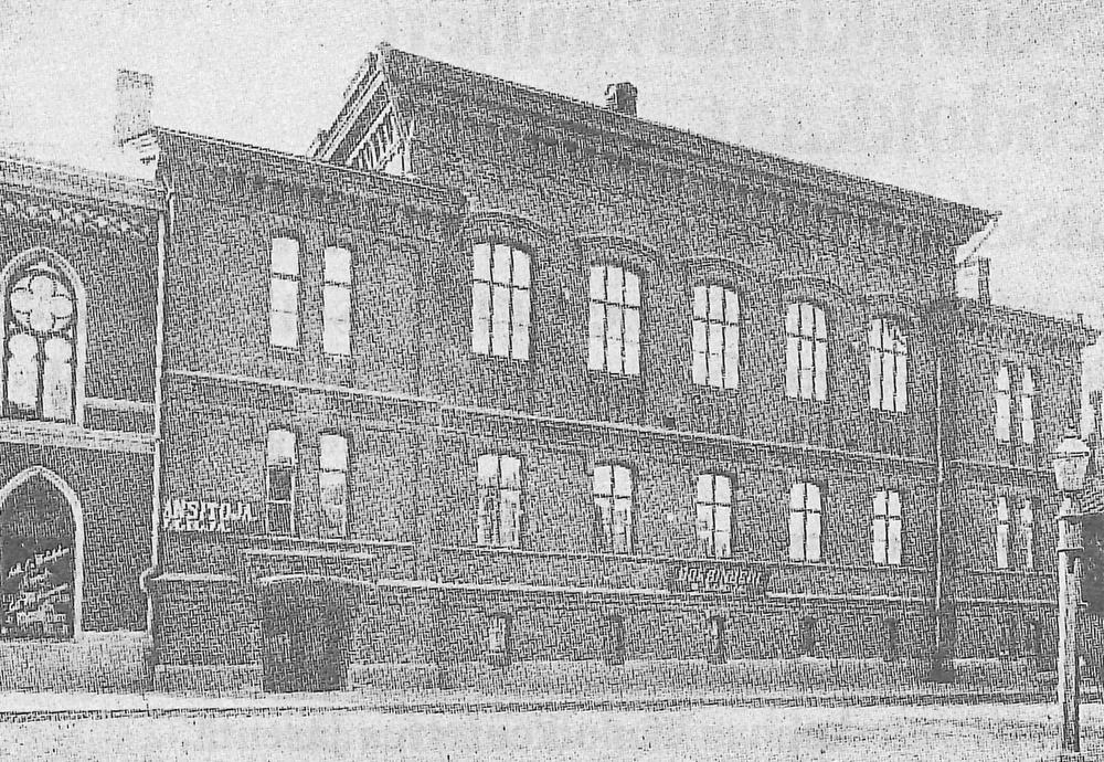 Theodor Höijerin suunnittelema ja 1878 valmistunutpunatiilinen kaksikerroksinen rukoushuone, joka sijaitsi osoitteessa Malminkatu 12. Sen paikalla on nykyinen seitsenkerroksinen toimistorakennus. Kuva: Sleyn arkisto.