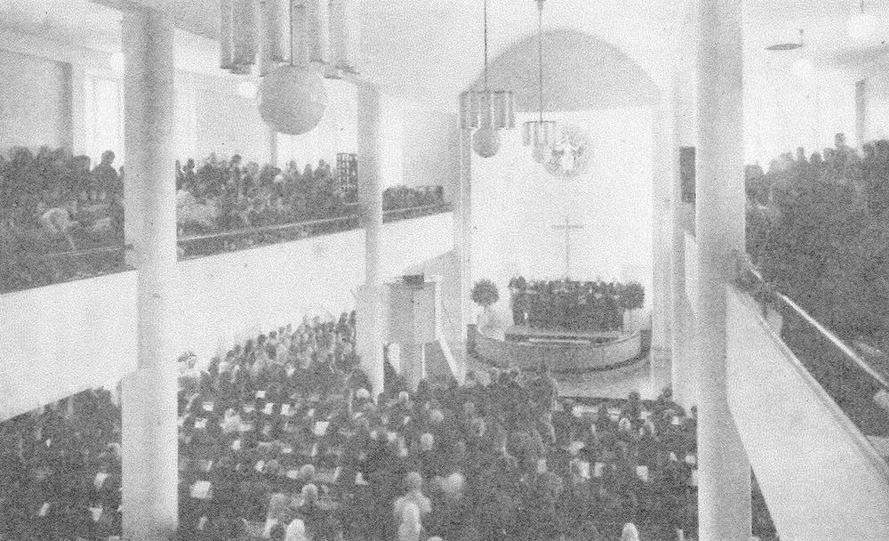 Fredrikinkadun rukoushuoneen nimi muu  tettiin Luther-kirkoksi 1930 ja remontin jälkeen sen vihki kirkoksi 18.10.1931 kaksi piispaa, Max von Bonsdorff ruotsiksi ja Jaakko Gummerus suomeksi. Kuva: Sleyn arkisto.