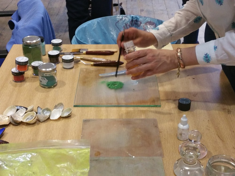 Adding water and gum arabic to the pigment