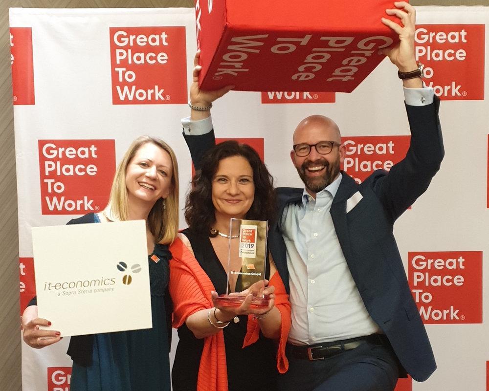 Great Place to Work© 2019 - Unsere KollegInnen Andrea Maurer und Petra Ozimek sowie Torsten Klein haben bei der großen Prämierungsgala in Berlin mit viel Freude die Auszeichnung entgegengenommen! Wir konnten uns erneut verbessern und dieses Mal einen hervorragenden 11. Platz unter 700 Unternehmen in der Kategorie 101-250 Mitarbeiter erreichen.