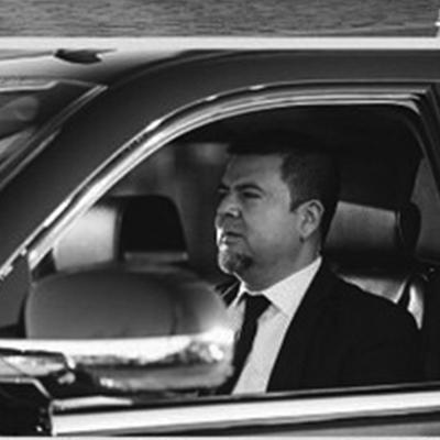 Jawir D.   Chofer  Nacido en Cali, Colombia, Jawir ha trabajado como conductor profesional por 11 años. Lo que más disfruta de su trabajo es conocer personas de distintos países en NYC.