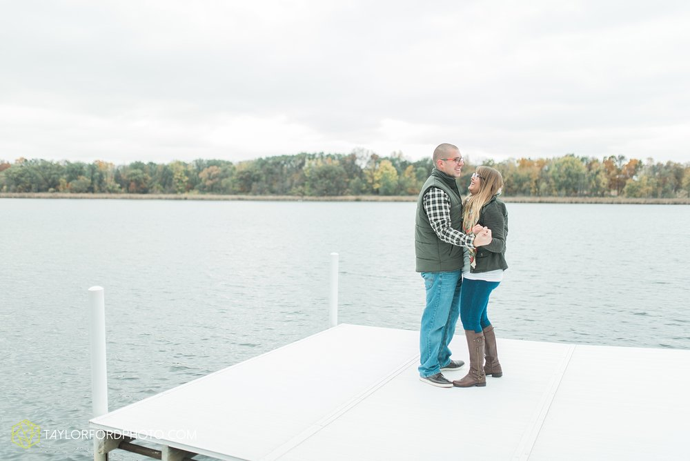 angola-indiana-crooked-lake-engagement-wedding-photographer-Taylor-Ford-Photography-winter-frozen-lake_4236.jpg