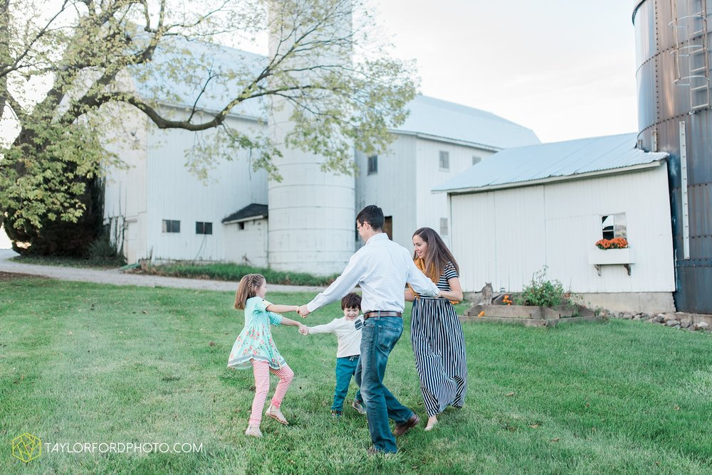 fort-wayne-indiana-family-photographer-leo-cederville-farm-nature-session-Taylor-Ford-Photography_4881.jpg
