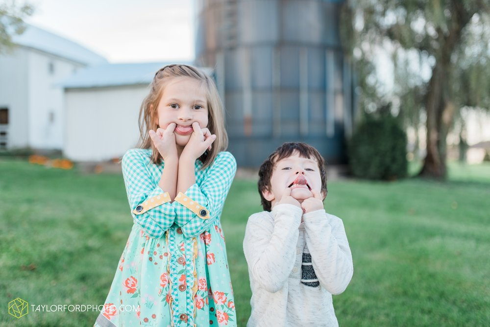 fort-wayne-indiana-family-photographer-leo-cederville-farm-nature-session-Taylor-Ford-Photography_4884.jpg