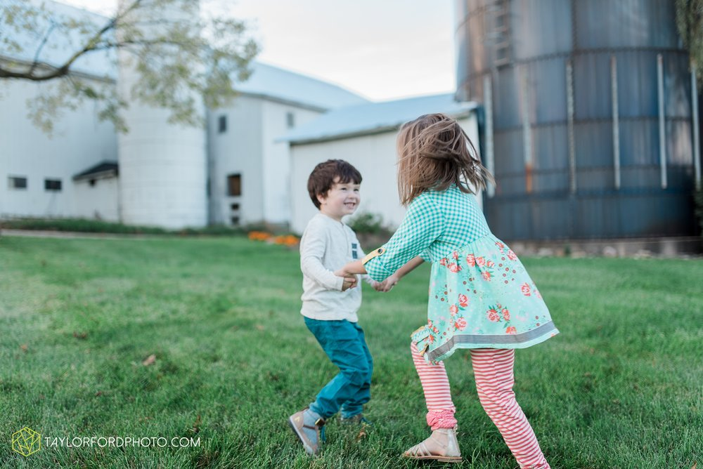 fort-wayne-indiana-family-photographer-leo-cederville-farm-nature-session-Taylor-Ford-Photography_4886.jpg