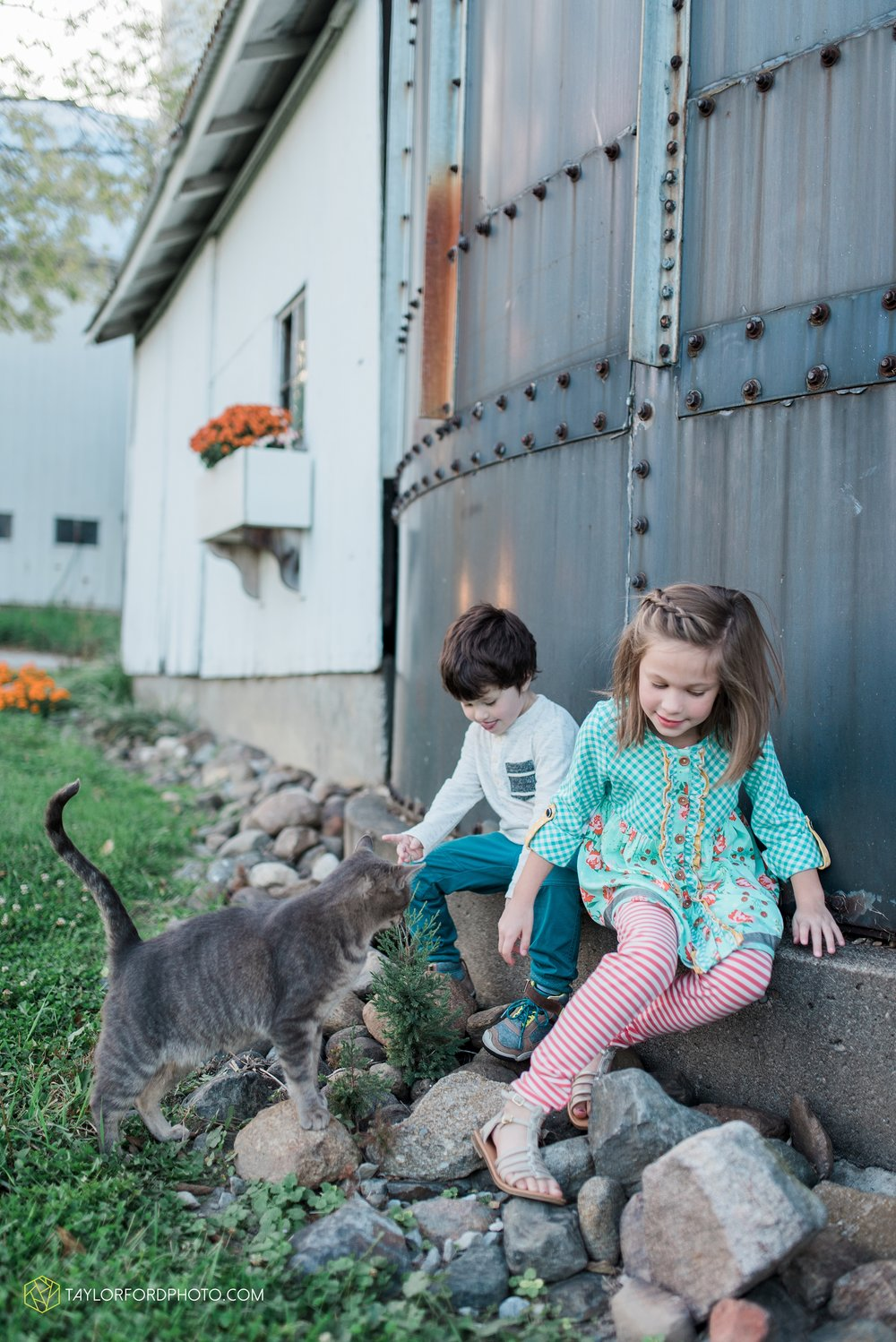 fort-wayne-indiana-family-photographer-leo-cederville-farm-nature-session-Taylor-Ford-Photography_4889.jpg