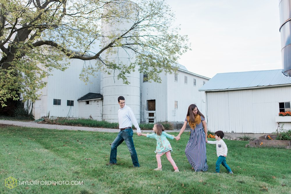 fort-wayne-indiana-family-photographer-leo-cederville-farm-nature-session-Taylor-Ford-Photography_4893.jpg
