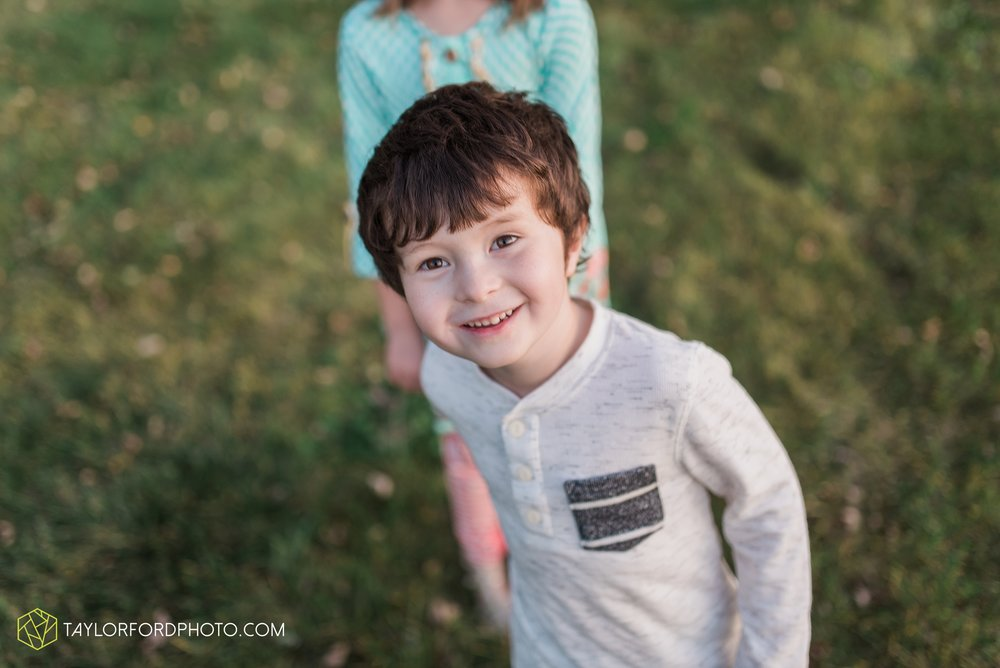 fort-wayne-indiana-family-photographer-leo-cederville-farm-nature-session-Taylor-Ford-Photography_4898.jpg