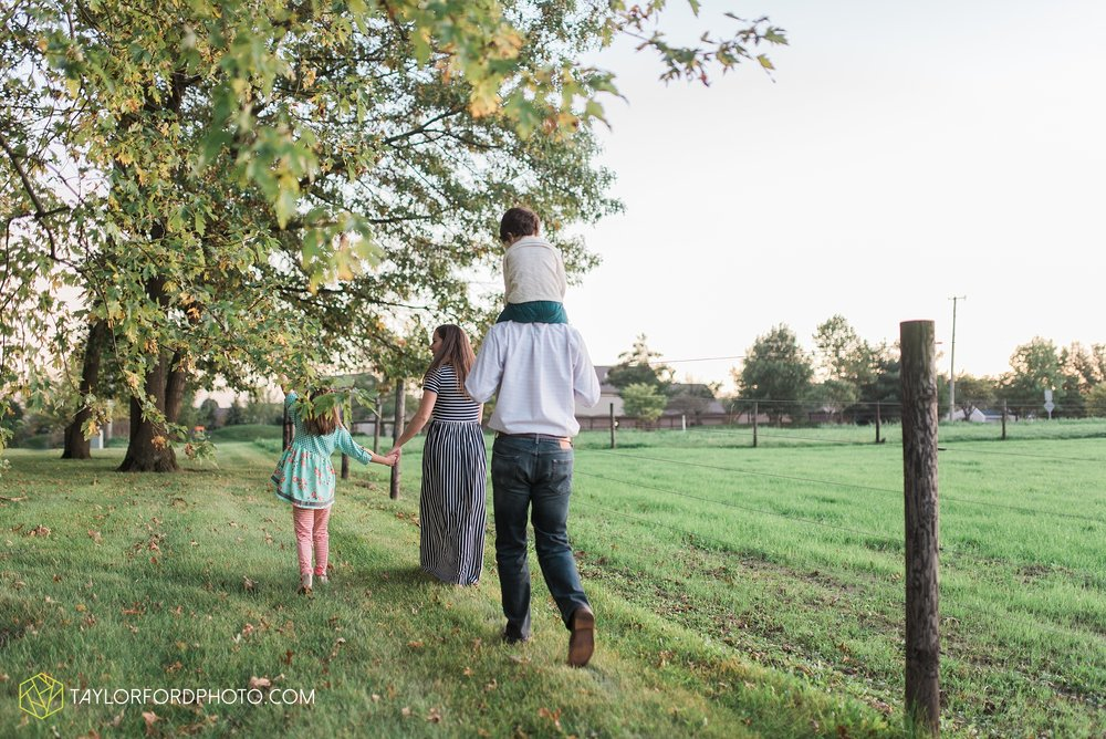 fort-wayne-indiana-family-photographer-leo-cederville-farm-nature-session-Taylor-Ford-Photography_4899.jpg