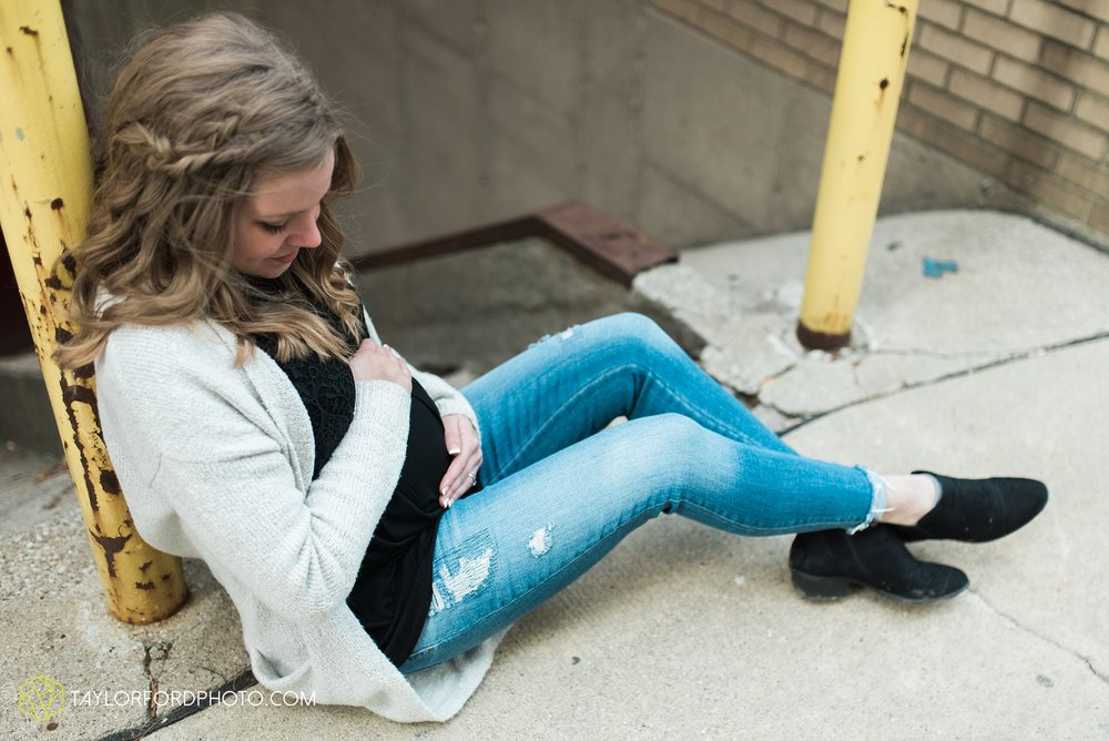fort-wayne-indiana-maternity-photographer-Taylor-Ford-Photography-foster-park-downtown_5280.jpg