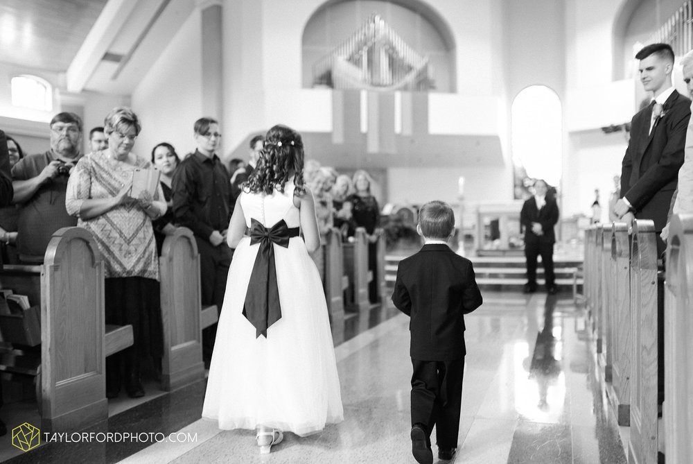 fort-wayne-indiana-wedding-photographer-Taylor-Ford-Photography-fort-wayne-country-club-saint-vincents-catholic-church_5384.jpg