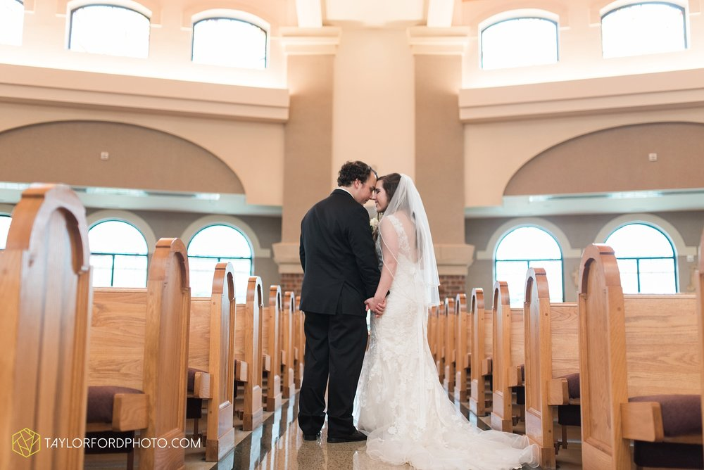 fort-wayne-indiana-wedding-photographer-Taylor-Ford-Photography-fort-wayne-country-club-saint-vincents-catholic-church_5388.jpg