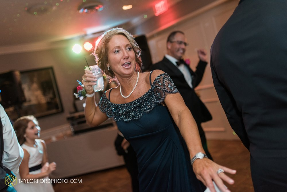 fort-wayne-indiana-wedding-photographer-Taylor-Ford-Photography-fort-wayne-country-club-saint-vincents-catholic-church_5508.jpg