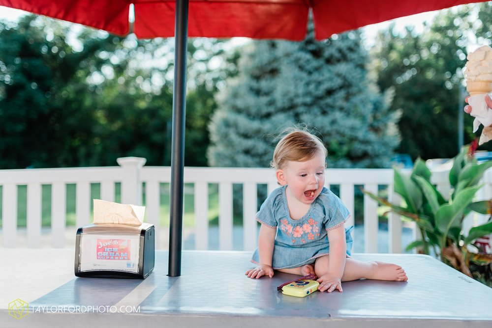 the-harrelsons-lake-wawasee-syracuse-indiana-lakeside-park-joes-ice-cream-supreme-family-photographer-taylor-ford-photographer_9131.jpg