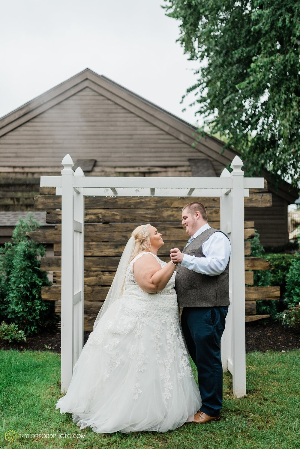 kearsten-alex-trame-watersedge-wedding-venue-rainy-day-columbus-hilliard-ohio-wedding-photographer-taylor-ford-photography_0247.jpg