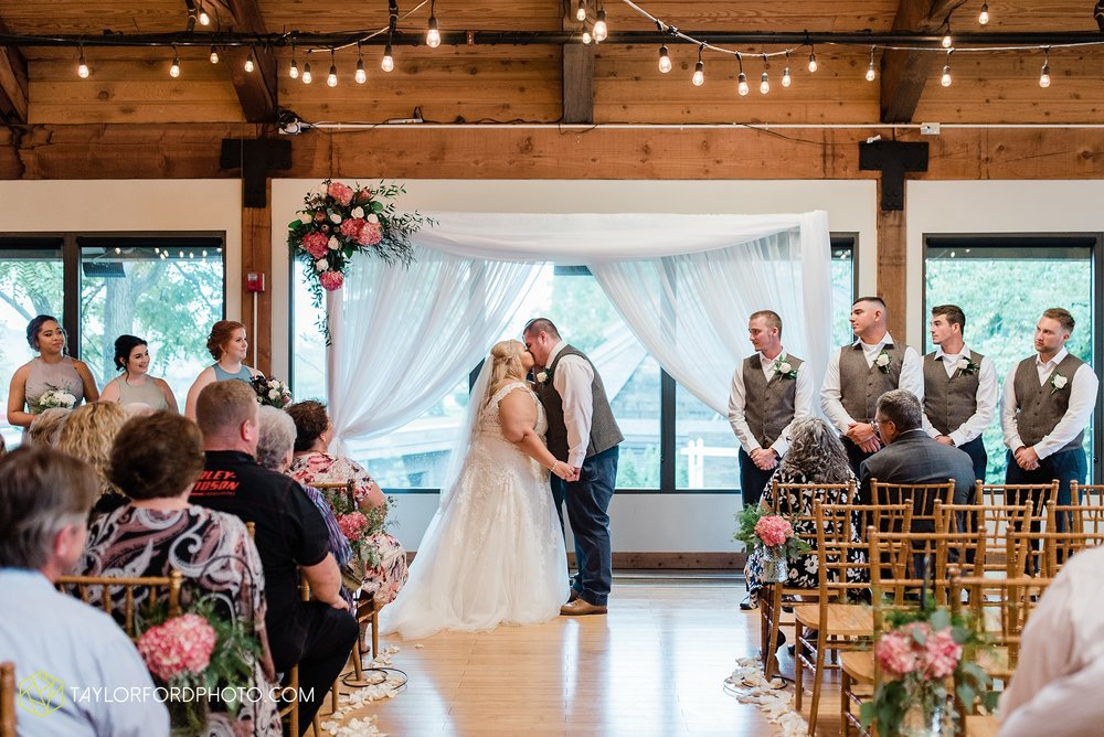 kearsten-alex-trame-watersedge-wedding-venue-rainy-day-columbus-hilliard-ohio-wedding-photographer-taylor-ford-photography_0277.jpg