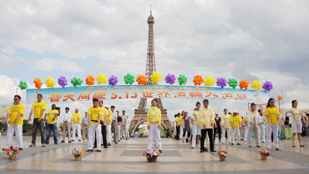 Falun Dafa practitioners in Paris.