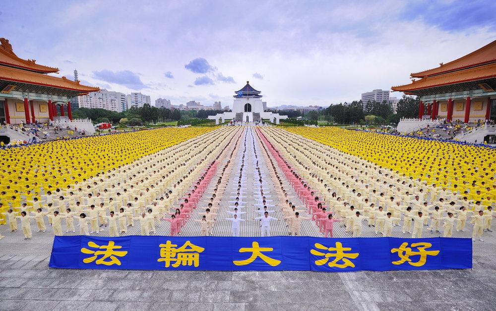 Falun Dafa practitioners in Taiwan.
