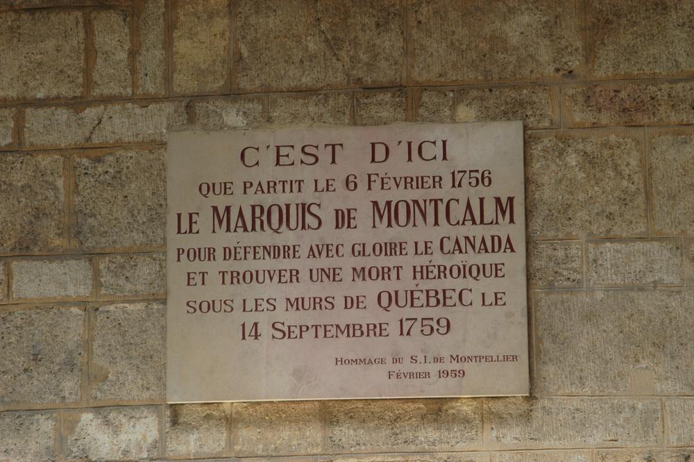 plaque commemorant le départ de Montcalm