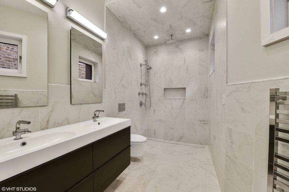 11_5485SEllisAve_8_Bathroom_HiRes.jpg