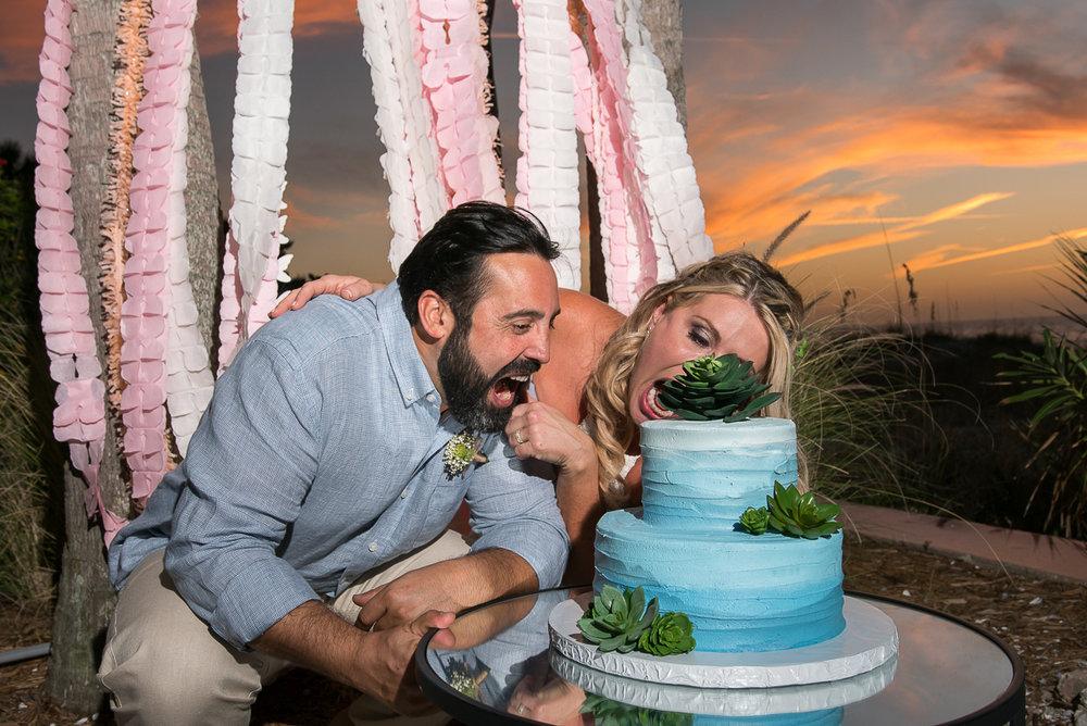 beach-wedding-cake, blue-wedding-cake, cutting-cake-wedding