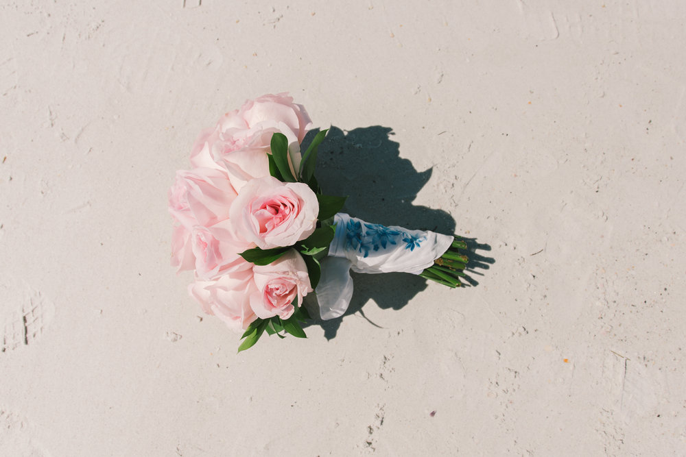 Wedding-bouquet-at-the-beach