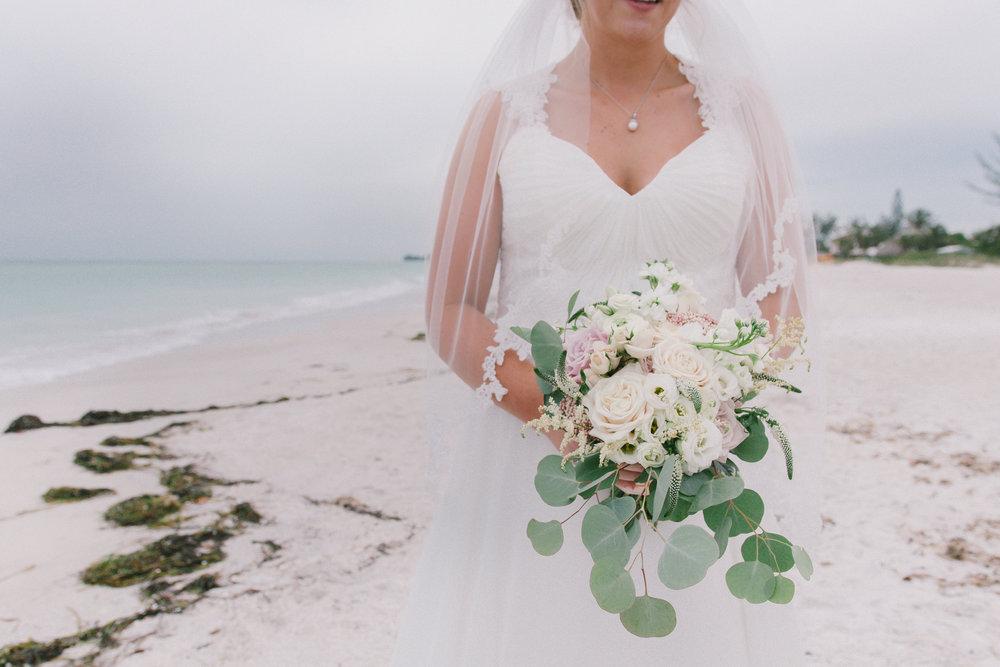 beach-wedding-photo, bouquet-photo